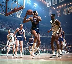 Wilt Chamberlain and Bill Russel in a Sixers-Celtics game