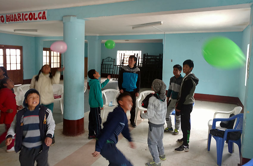 Huaricolca ,kids learning English numbers using balloons and competition