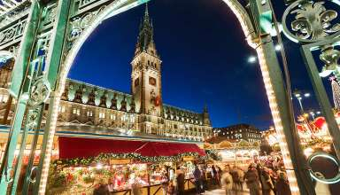 Christmas market in the plaza of the town hall, the Rathaus, Hamburg