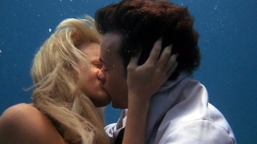 Daryl Hannah as the mermaid with Tom Hanks as Alan in 'Splash'