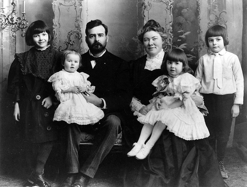 Ernest Hemingway with his family, 1905